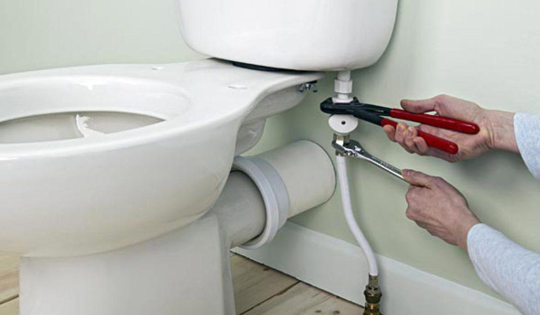 Как установить унитаз на плитку с помощью штатных креплений