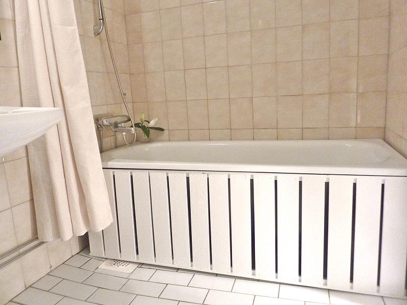Как установить экран под ванну